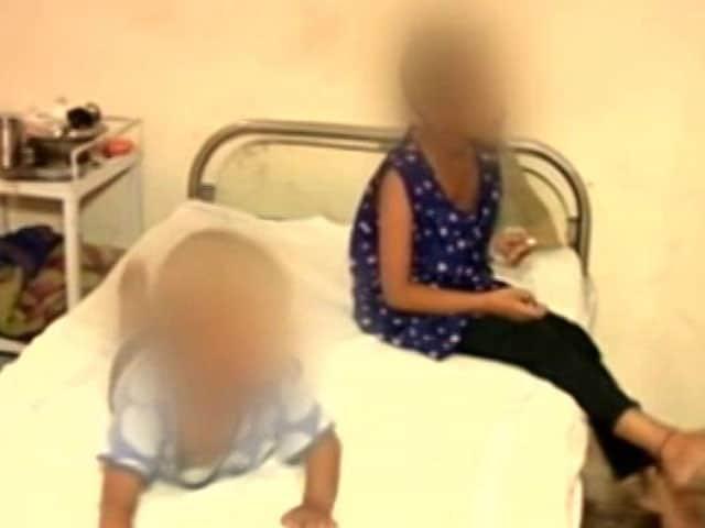 Videos : दिल्ली : दो बच्चियों को घर में बंद कर छोड़ गया पिता
