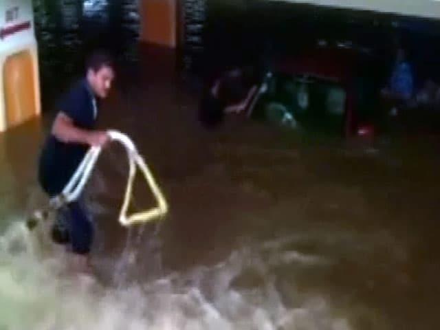 Video : हैदराबाद में भारी बारिश से हालात खराब