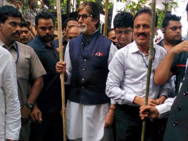 Video : अमिताभ बच्चन और देवेंद्र फडणवीस ने जेजे अस्पताल में झाड़ू लगाकर दिया स्वच्छता का संदेश