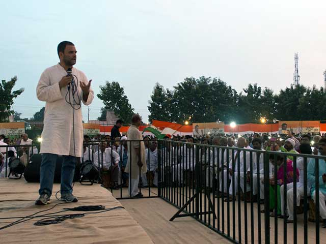 Video : गोरखपुर में राहुल गांधी ने किया रोड शो, पीएम मोदी पर साधा निशाना