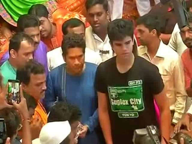 Video : Sachin Tendulkar Offers Prayers at Lalbaugcha Raja