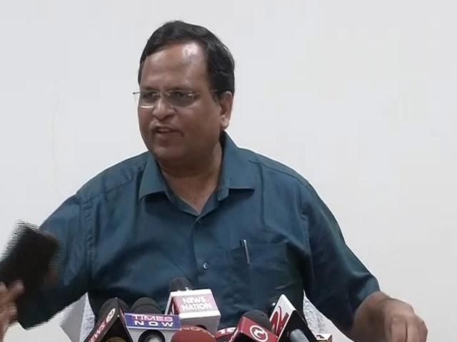 Video : दिल्ली के स्वास्थ्य मंत्री सत्येंद्र जैन ने प्रेस कॉन्फ्रेंस के दौरान फेंका फोन