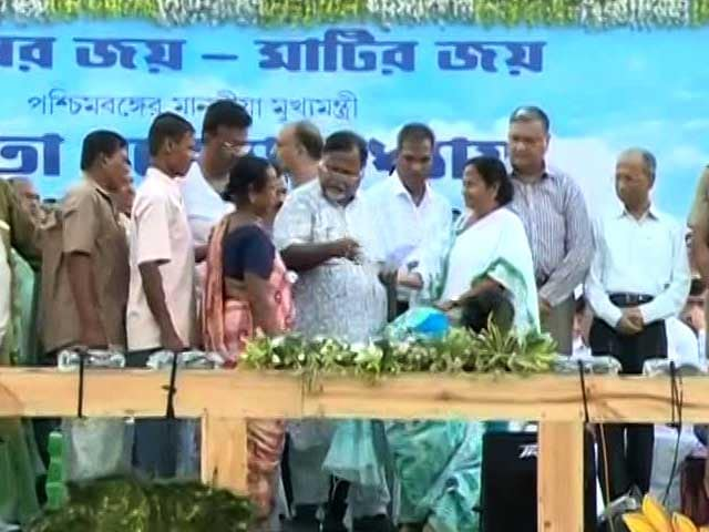 Video : Mamata Banerjee Returns Land To Singur Farmers, Offers New Deal To Tatas