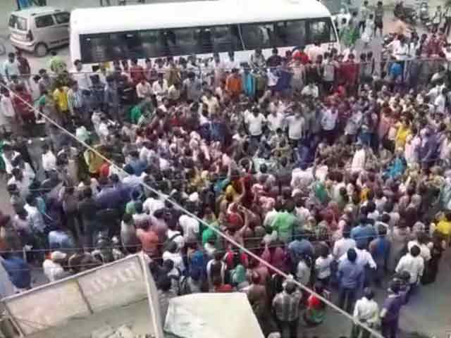 Video : बुराड़ी में दिनदहाड़े लड़की की हत्या के विरोध में प्रदर्शन