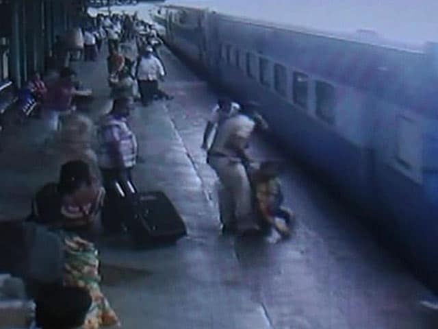 Video : कैमरे में कैद : चलती ट्रेन से उतरने की कोशिश में बाल-बाल बची युवती की जान