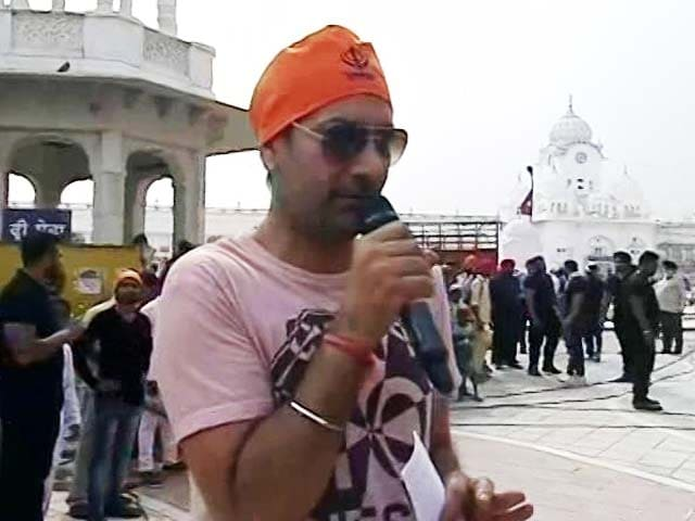 Jasbir Jassi Sings The Gurbani At The Golden Temple