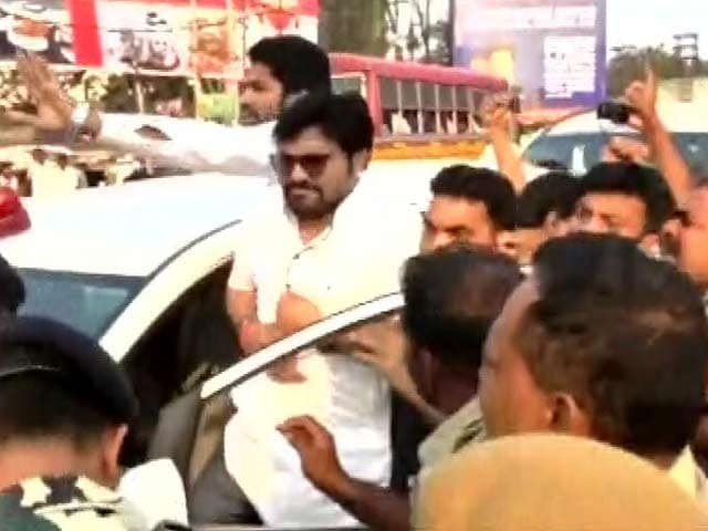 Video : Babul Supriyo 'Hit On Chest With Brick' Allegedly By Trinamool Supporters