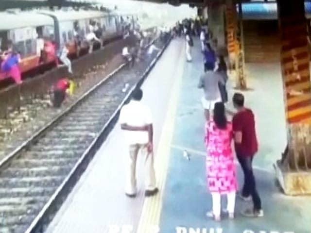 Video : क्यों लोकल से यात्रा करने वाले लोग अचानक ट्रेन से कूद पड़े