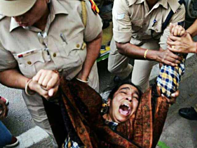 Video : Police Manhandle, Detain Missing JNU Student's Mother During Protest In Delhi