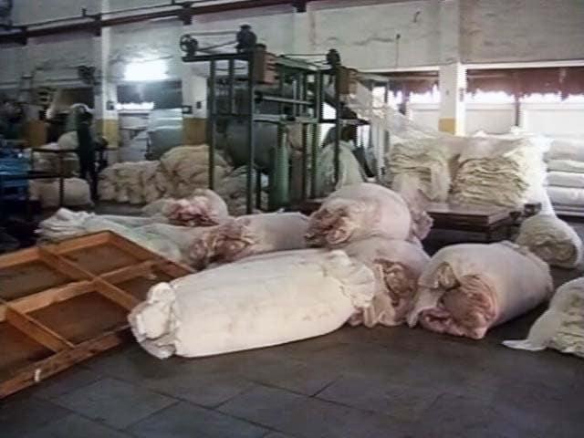 Video : सूरत : कैश की कमी से कपड़ा मिलों का काम ठप