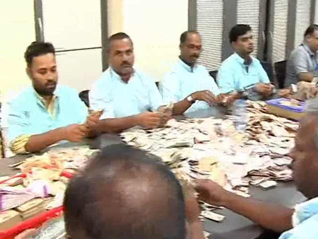 Video : Week After Ban, High Currency Notes Make Way To Donation Boxes In Temples
