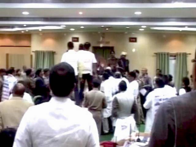 Videos : झारखंड विधानसभा में जबरदस्त हंगामा, कुर्सियां फेंकी गईं