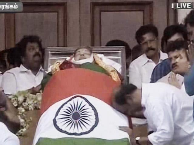 Video : Next To Jayalalithaa Aide Sasikala Natarajan, Rajinikanth, Head Bowed