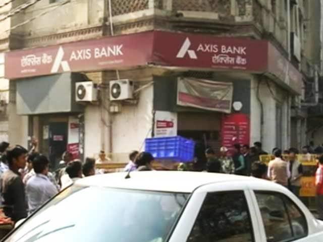 Video : नोटबंदी : चांदनी चौक में एक्सिस बैंक की शाखा पर आयकर विभाग का छापा