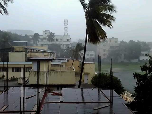Video : Cyclone Vardah Strikes Near Chennai, 16,000 Evacuated, 4 Dead