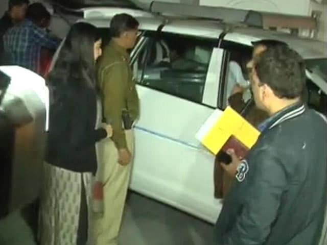 Video : 3 Large Cars Used To Remove 14 Crores In Cash From Delhi Lawyer's Home