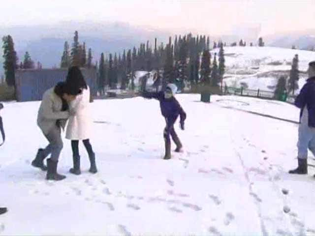 Video : Tourists Flock Back As Kashmir Settles Down, Snow Descend on Gulmarg