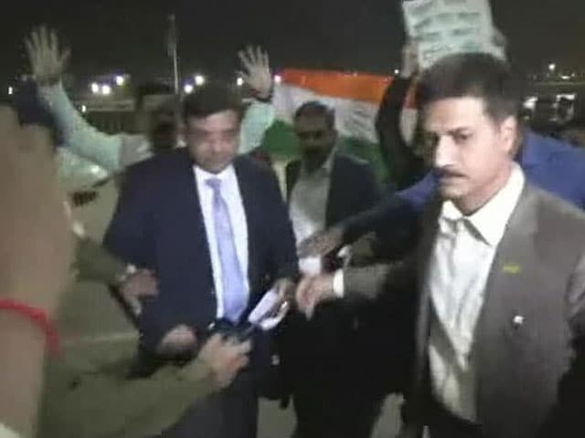 Video : RBI Chief Urjit Patel Heckled By Congress Workers At Kolkata Airport