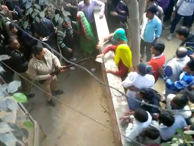 Video : In Video Outside Western UP Bank, Cop Fires In Air, Takes Aim At Those Assaulting Him