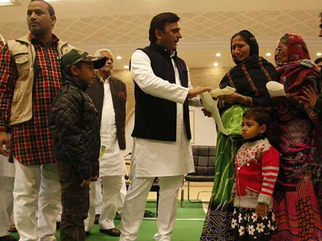 Video : With Eye On UP Polls, Akhilesh Yadav Gives Compensation Over Bank Queue Deaths