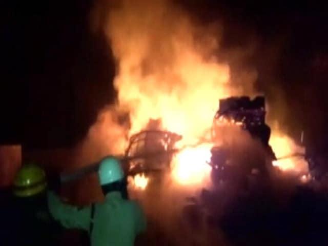 Video : कर्नाटक के चिंतामणि में दो ट्रकों में आग लगी, 600 एलपीजी सिलेंडर फटे