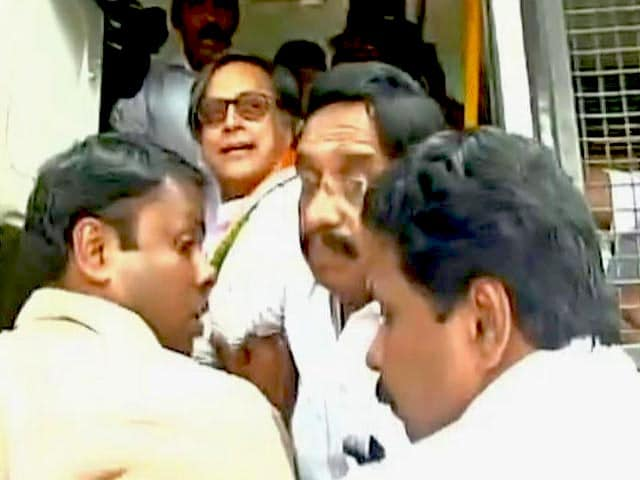 Video : Shashi Tharoor, Leading Notes Ban Protest, Says He Was Arrested