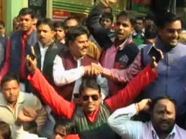 Video : सपा दफ्तर के बाहर अखिलेश समर्थकों का प्रदर्शन