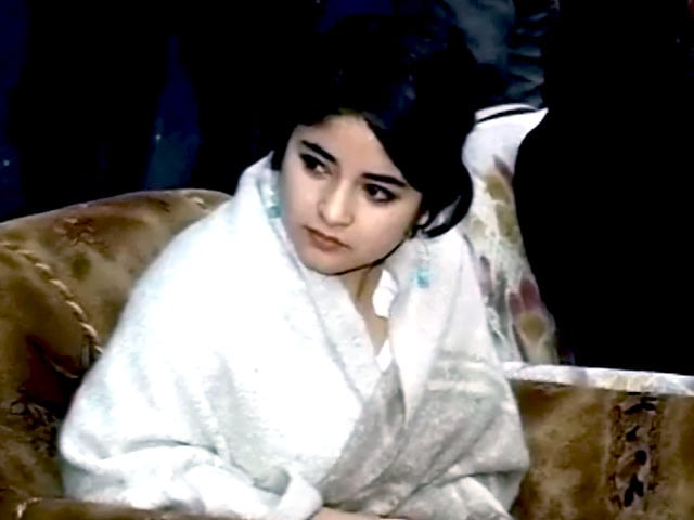 Video : ज़ायरा वसीम के साथ खड़े हुए कश्मीरी नौजवान, सम्मान कार्यक्रम में उमड़ी भीड़