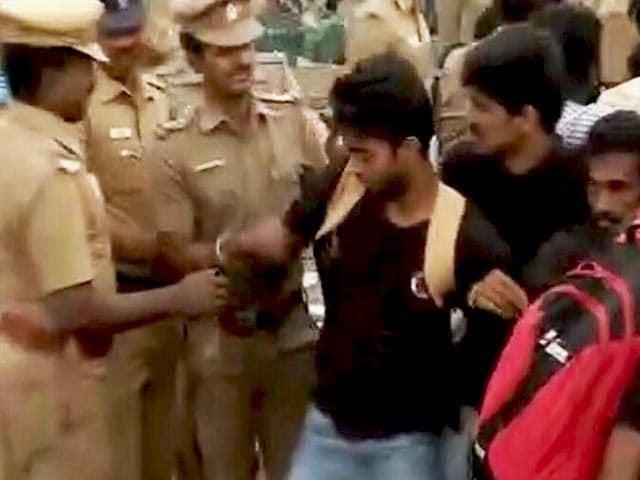 Video : जलीकट्टू : मरीना बीच को जबरन खाली कराने में जुटी पुलिस