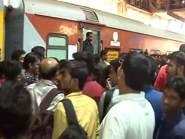 Crowd Waits With Bated Breath For Shah Rukh Khan At The Station