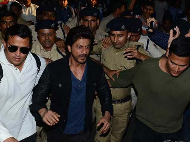 Video : MoJo@7: शाहरुख को देखने उमड़ी भीड़ में एक की मौत