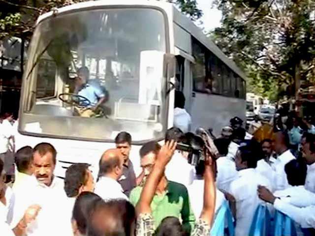 Video : तमिलनाडु: शशिकला ने बस में 130 MLA को गुप्त स्थान पर भेजा
