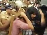 Videos : 'किस ऑफ लव' के प्रदर्शनकारी हिरासत में