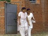 Videos : शौचालय के अभाव में स्कूल छोड़तीं बच्चियां