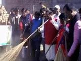 Videos : रघुवर दास ने शपथ ग्रहण के बाद लगाई झाड़ू