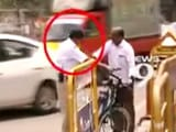 एंबुलेंस के लिए बनाया रास्ता, ट्रैफिक पुलिस ने पीटा