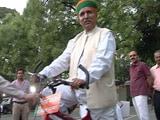 Videos : मुश्किल में साइकिल से संसद आने वाले सांसद