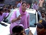 Video : आगरा : सपा नेता के सुरक्षाकर्मी ने की छेड़छाड़, महिला ने गाड़ी पर चढ़कर किया प्रदर्शन
