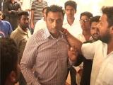 Video : लड़कियों से बदतमीजी के आरोप में प्रिसिंपल को जमकर पीटा