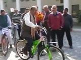 Video : Delhi BJP Leader Vijay Goel Cycles To Work