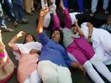 Videos : महाराष्ट्र : शनि मंदिर में जबरन प्रवेश करने आ रही महिलाओं को हिरासत में लिया गया