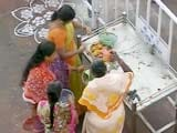 Video: शनि मंदिर मामला : महिला प्रदर्शनकारियों से मिले महाराष्ट्र के सीएम फडणवीस