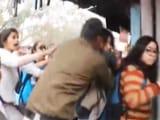 Video: रोहित वेमुला के लिए रैली कर रहे प्रदर्शनकारियों को पुलिस ने बेरहमी से पीटा
