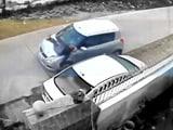 सीसीटीवी में कैद : एक व्यक्ति को जानबूझकर कार से कुचला