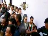 Video: सोनिया और राहुल पार्लियामेंट स्ट्रीट थाने में गिरफ्तारी के बाद रिहा