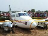 Video: नजफगढ़ में पटना से आ रही है एयर एम्बुलेंस की इमरजेंसी लैंडिंग, खेत में उतारा गया विमान