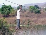 Video: रायगढ़ : जान हथेली पर रखकर रस्से के सहारे नदी पार करते हैं बेंडसे गांव के लोग