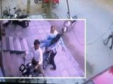 Video: दिल्ली में दो लड़कों ने पीट-पीटकर की नाबालिग़ लड़के की हत्या