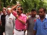 सातवें वेतन आयोग की सिफारिशों के विरोध में सड़क पर उतरे रेलवे कर्मचारी...