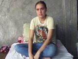 Video : आगरा में सास-ननद के खिलाफ धरने पर बैठी विदेशी बहू